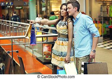 vrouw winkelen, centrum, het tonen, jonge, iets