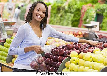 vrouw winkelen, in, groenteafdeling