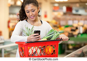 vrouw winkelen, mobiele telefoon, gebruik, het glimlachen,...