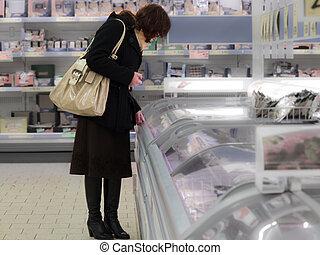 vrouw winkelen, op, de, supermarkt, klant, is, kies, voedingsmiddelen