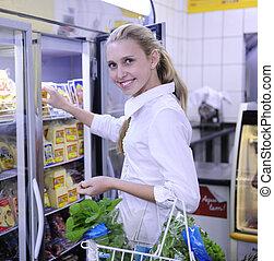 vrouw winkelen, voor, bevroren voedsel, in, de, supermarkt