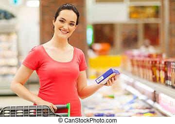 vrouw winkelen, voor, bevroren voedsel