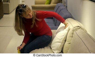 vrouw winkelen, voor, meubel