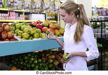 vrouw winkelen, voor, vruchten, in, de, supermarkt