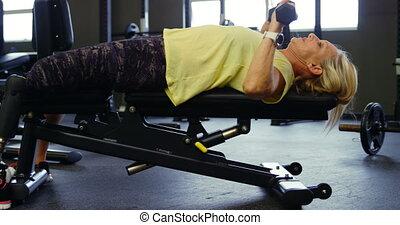 vrouw, workout, borst, 4k, drukken, senior, dumbbell