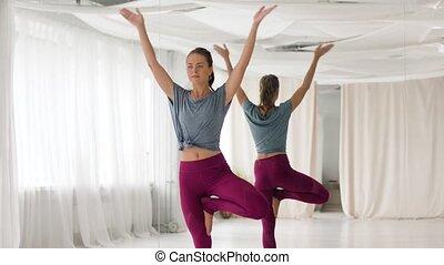 vrouw, yoga houding, boompje, jonge, studio