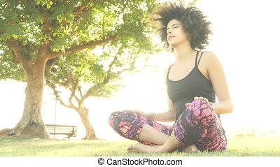 vrouw, yoga houding, park, het uitoefenen, meditatie