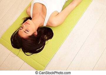 vrouw, yoga mat, doeken, jonge, sportende, het liggen