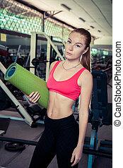 vrouw, yoga, passen, gym, vasthouden, mat.