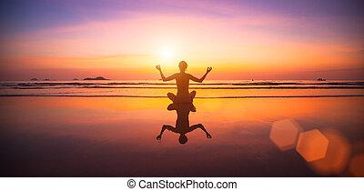 vrouw, yoga, zittende , kust, zee, sunset.