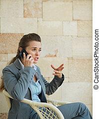 vrouw zaak, beweeglijk, betrokken, telefoon, het spreken