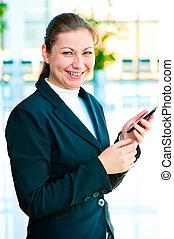 vrouw zaak, beweeglijk, jonge, hand, telefoon, vrolijke