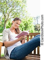 vrouw zitten, bankje, terwijl, boek, lezende