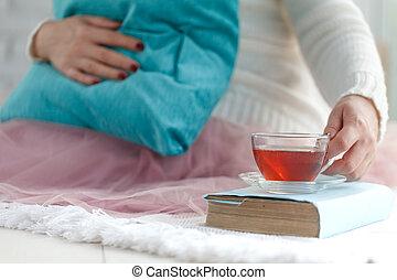 vrouw zitten, bed, terwijl, boek, lezende