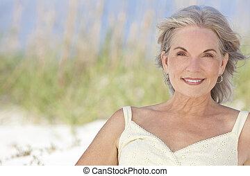 vrouw zitten, elegant, aantrekkelijk, senior, strand
