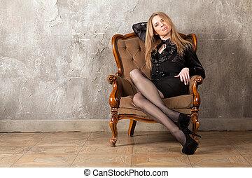 vrouw zitten, in, leunstoel