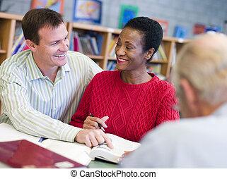 vrouw zitten, notepad, het boek van de bibliotheek, een ander, focus), (selective, man