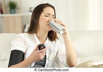 vrouw, zoet, druk, laag, soda, drinkt, bloed
