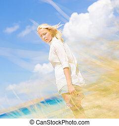 vrouw, zon, kosteloos, vacations., het genieten van, vrolijke