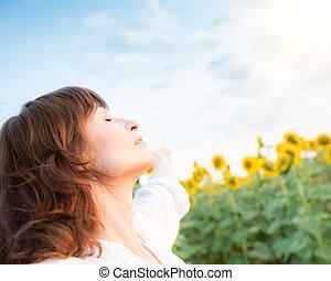vrouw, zonnebloem, lente, jonge, akker, vrolijke