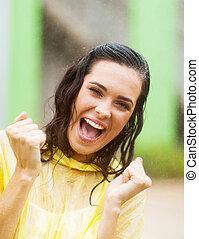 vrouw, zwaaiende , fist, in de regen