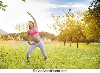 vrouw, zwangere, het uitoefenen, natuur