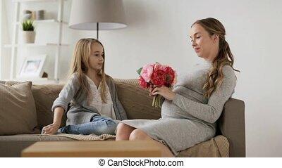vrouw, zwangere , thuis, meisje, bloemen, vrolijke