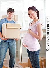 vrouw, zwangere , woning, hun, vasthouden, nieuw, karton, schattige, echtgenoot, keuken
