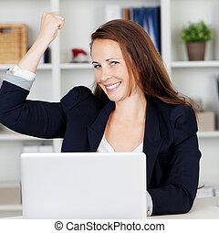 vrouwelijke baas, uitdrukken, vreugde, van, prestatie