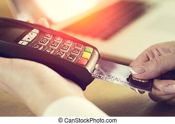 vrouwelijke hand, invoegen, kredietkaart, in, een, lezer