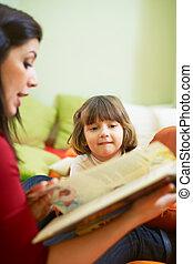 vrouwelijke leraar, het boek van de lezing, om te, klein meisje
