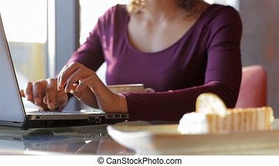 vrouwelijke student, doorwerken, draagbare computer,...
