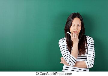 vrouwelijke student, het kijken, serieus, in, school