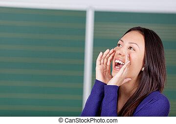 vrouwelijke student, het schreeuwen, luid