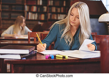 vrouwelijke student, op het werk, in, bibliotheek