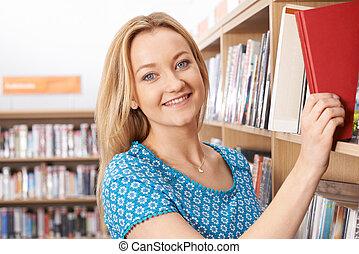 vrouwelijke student, studerend , in, bibliotheek