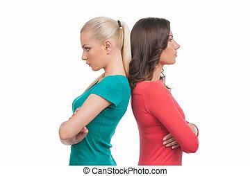 vrouwen, confrontation., twee, boos, vrouwen, staand, rijtjes, en, vasthouden, hun, gekruiste wapens, terwijl, vrijstaand, op wit