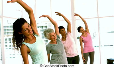 vrouwen, doen, een, yoga brengen onder