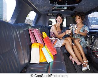 vrouwen, drinkende wijn, in, limousine