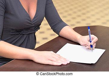 vrouwen, handen, met, een, pen, vullen, de, vorm, op, de, bureau, in, de werkkring