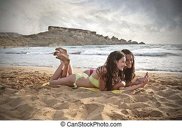 vrouwen, hebbend plezier, op het strand