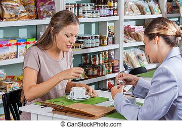 vrouwen, het hebben van koffie, in, winkel