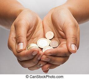 vrouwen, het tonen, muntjes, tot een kom gevormde handen, eurobiljet