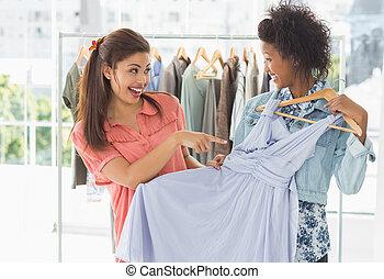 vrouwen het winkelen, in, klerenopslag