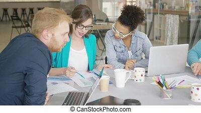 vrouwen, mannen aan het werk, team