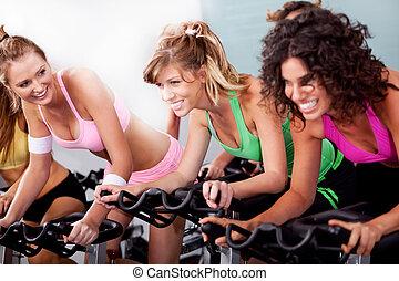 vrouwen, op, de, gym, doen, cardio, oefeningen