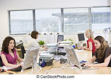 vrouwen, werkende , in, een, kantoor