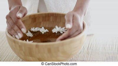 vrouwenhanden, met, kom van, aroma, water