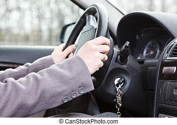 vrouwenhanden, op, leidingswiel, in, grond voertuig