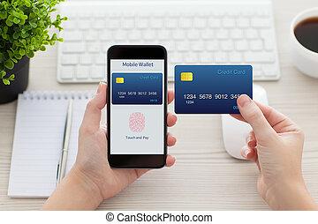 vrouwenhanden, vasthoudende telefoon, met, vingerafdruk, voor, online boodschapend doend